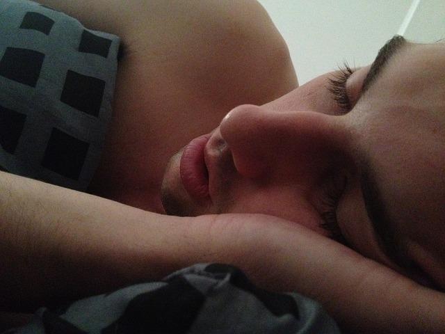 寝る男性の写真