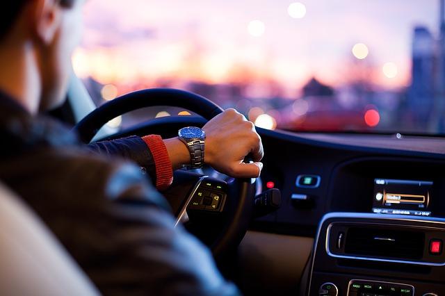 運転する男性の画像