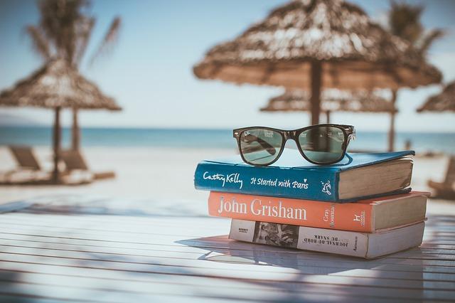 本の上に置いてあるサングラスの写真