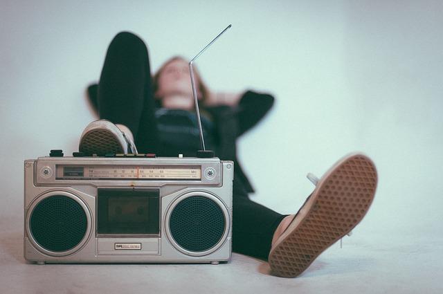 ラジオに足を乗せる人の画像