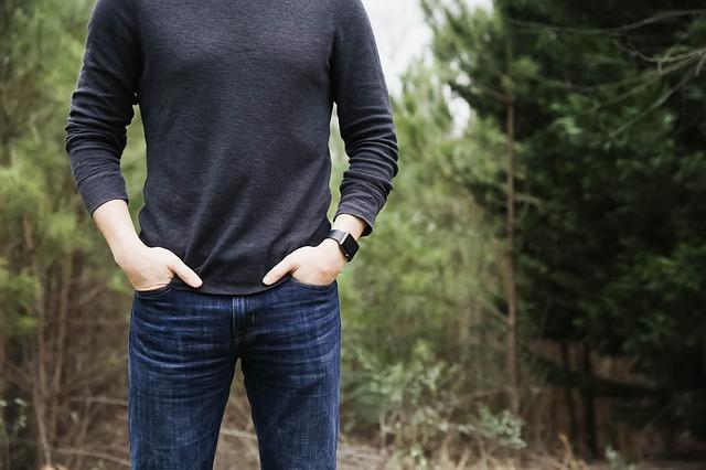 腕時計をしている男の人の写真