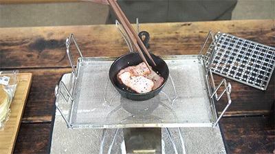 マルチロースターとスキレットでベーコンを焼く