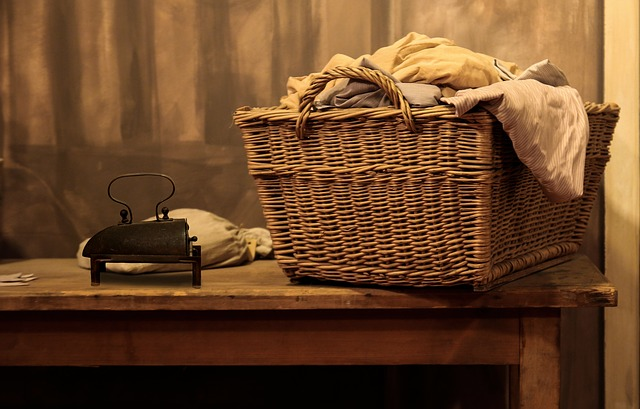 洗濯籠と古風なアイロン
