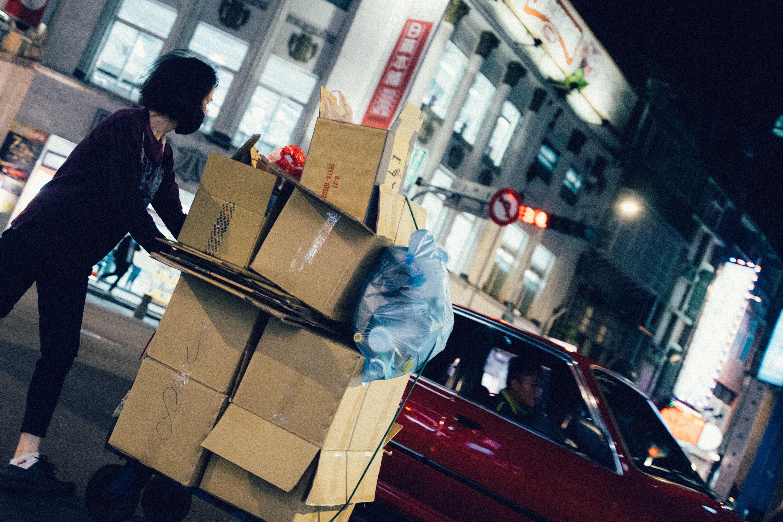 平台車で荷物を運ぶ女性