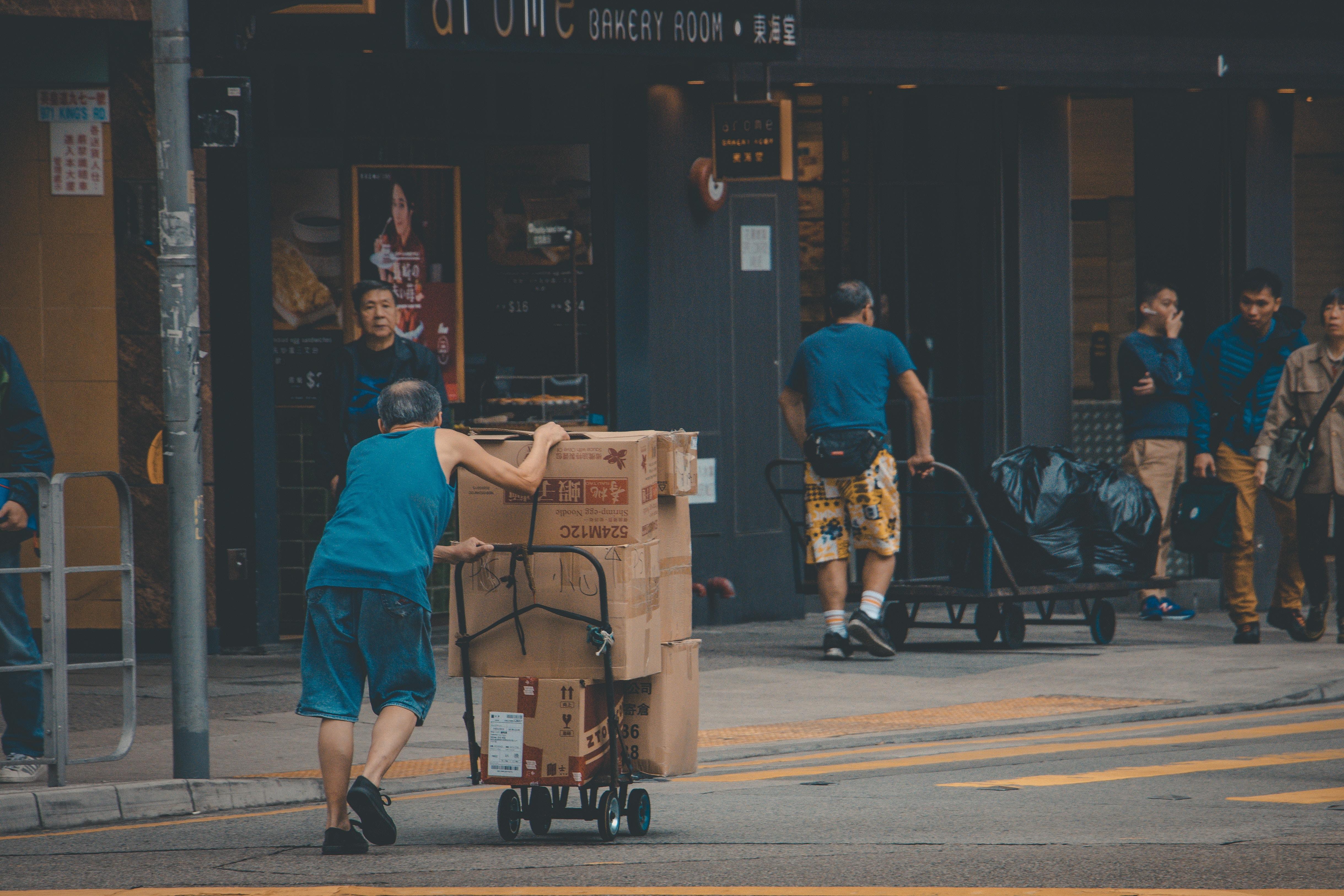 台車いっぱいの荷物