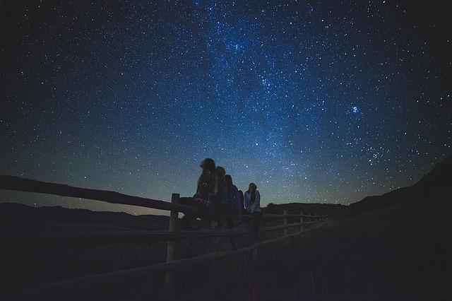 夜空を見上げる人々