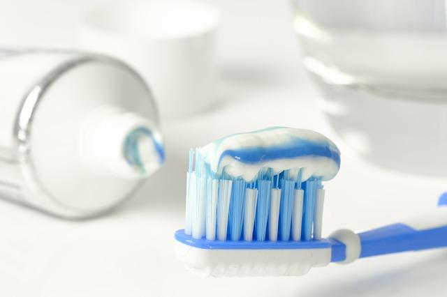 歯磨き粉がついた歯ブラシ
