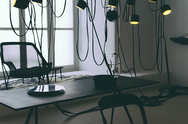 オフィスのデスクの上にあるライトの写真