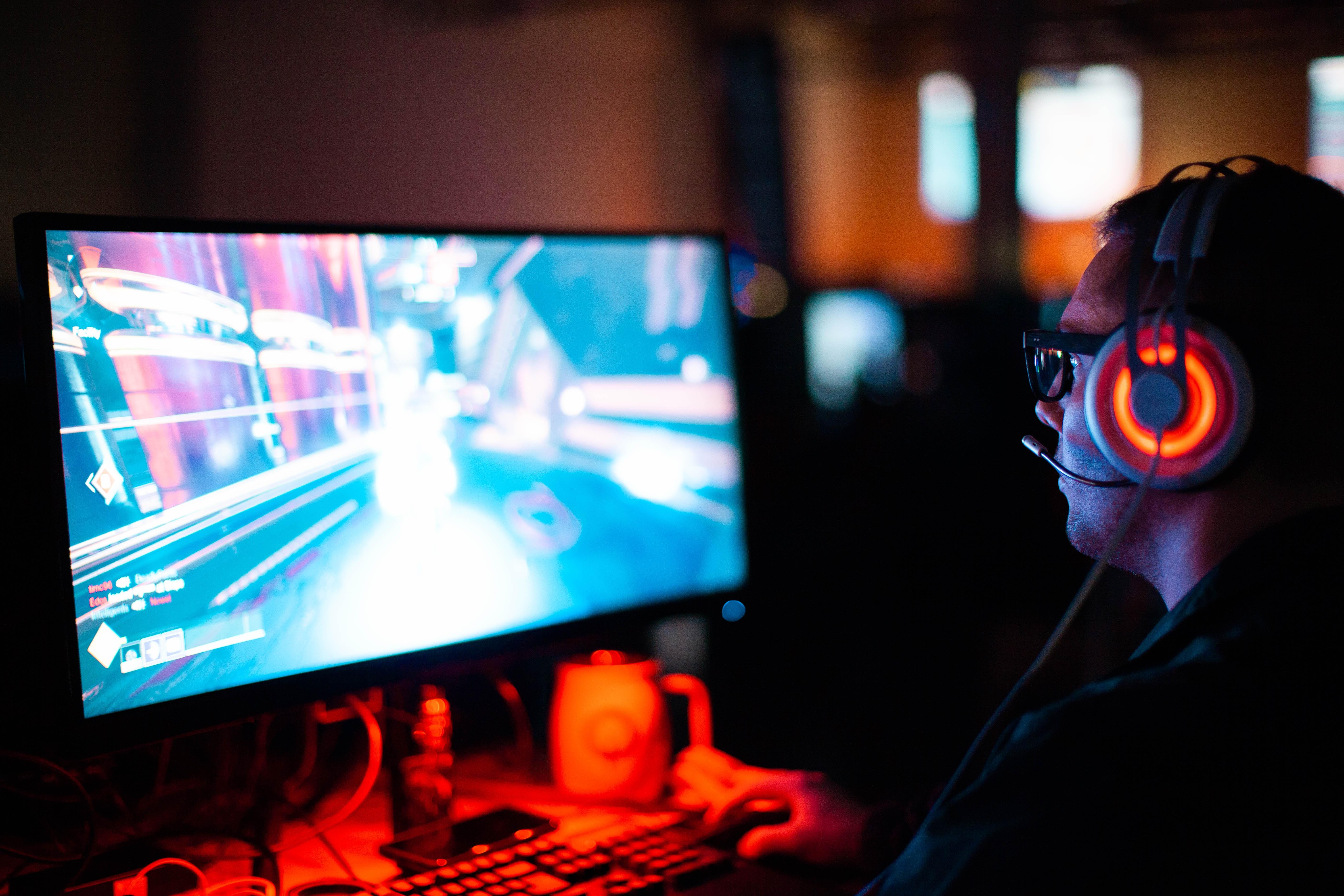 PCでゲーミングを楽しむ男性