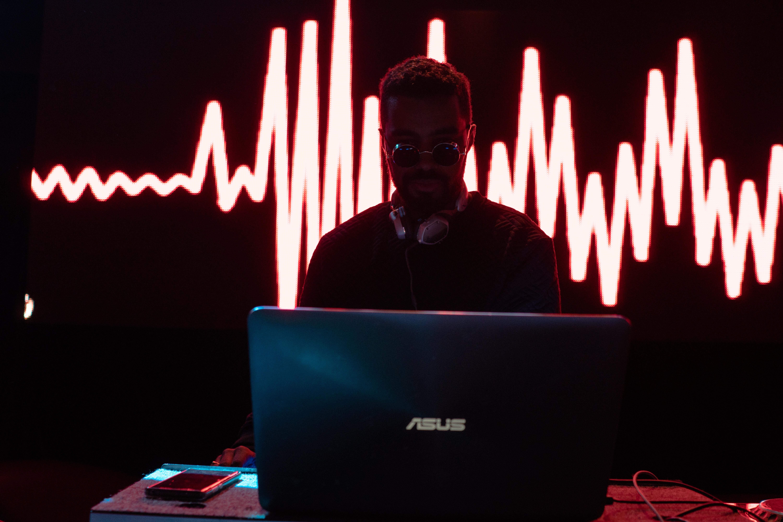 ASUSのパソコンを操作する男性