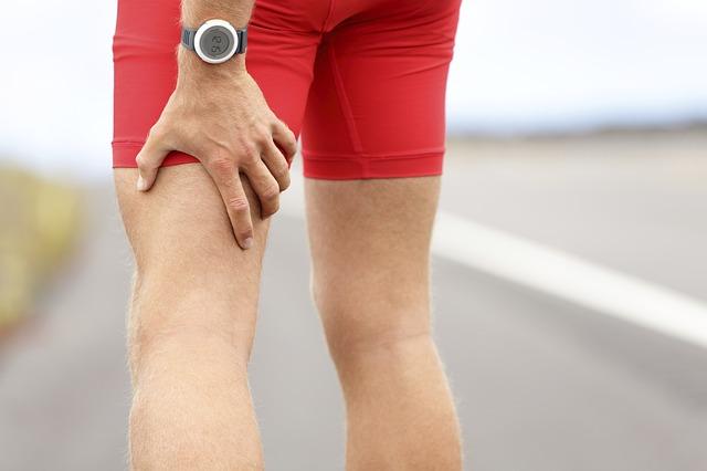 赤いパンツの男性の足の写真