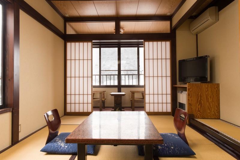 和室に置かれた座卓と座椅子