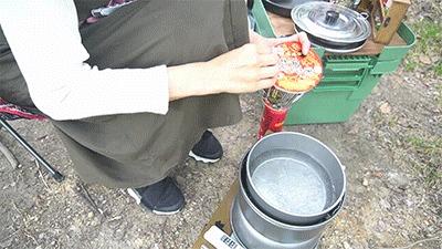 ラーメンクッカーで沸かしたお湯をカップ麺に注ぐグピコズさん