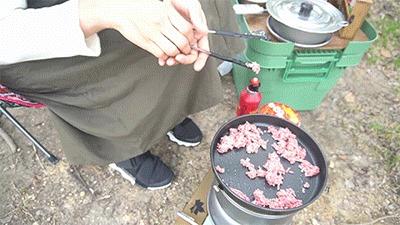 蒙古タンメンに付属の調味オイルを加えるグピコズさん