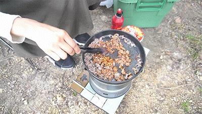 蒙古タンメンに調味料を加えるグピコズさん