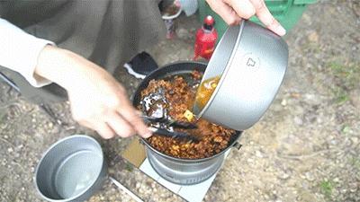 蒙古タンメンを煮詰めているグピコズさん