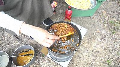 蒙古タンメン中本で作る汁なし担々麺の仕上げをするグピコズさん