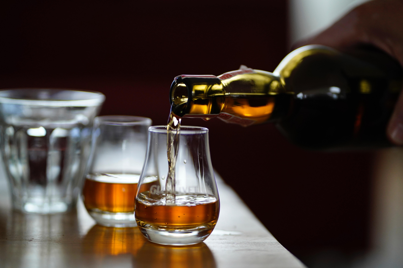 グラスに注がれるウィスキー