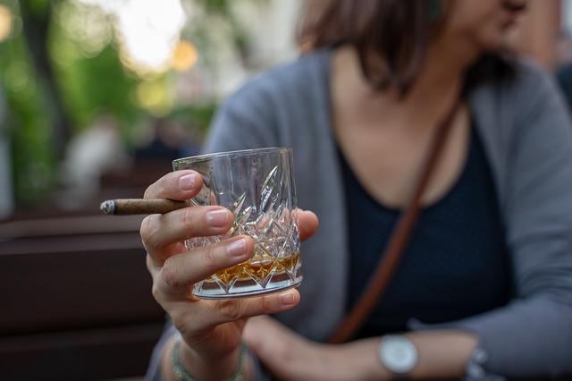 ウィスキーグラスを手に持つ女性