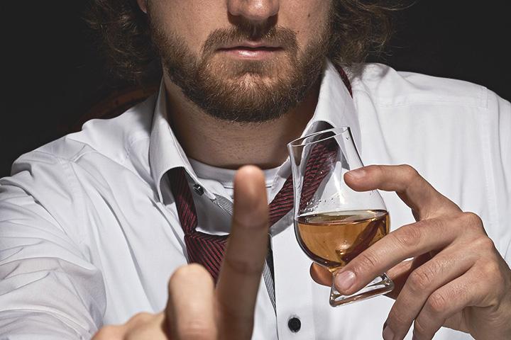 テイスティンググラスを手に持つ男性