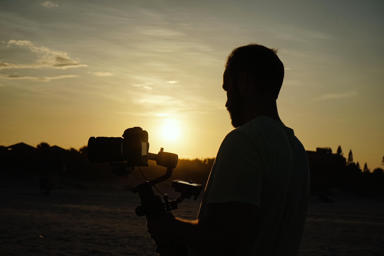 手持ち撮影する男性
