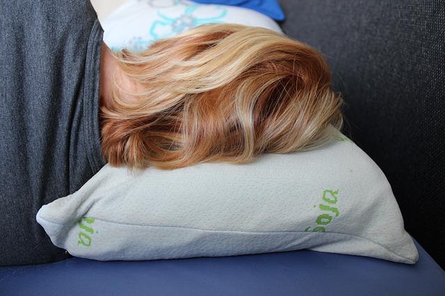 ショートカットの女性の睡眠