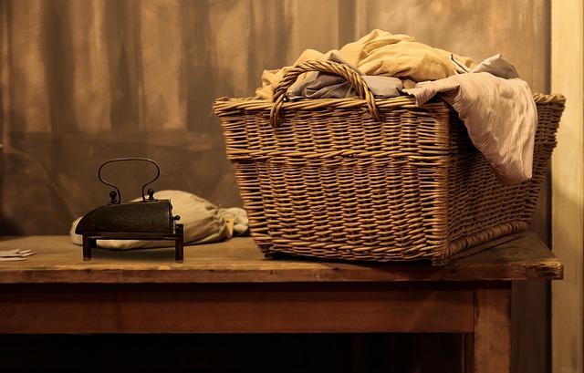 机に洗濯かごを置く