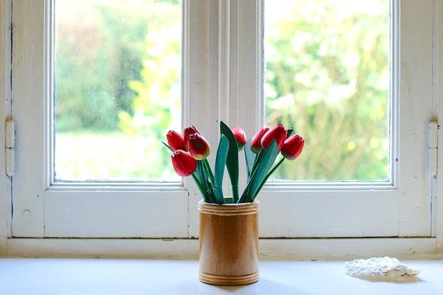 窓と花瓶のチューリップ