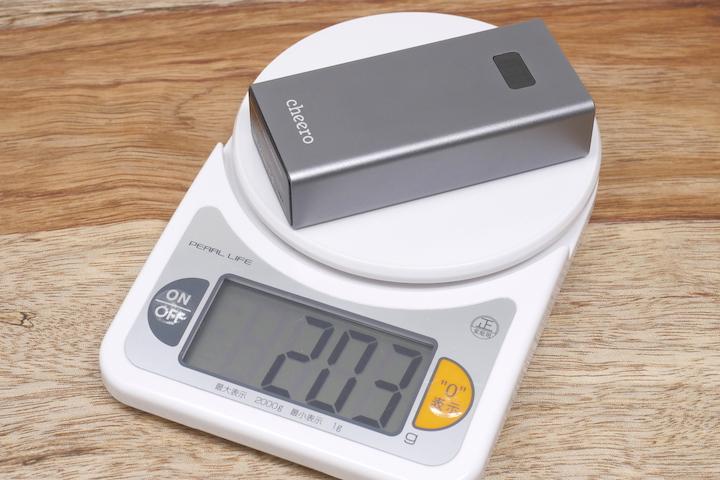 cheero Power Plus 5本体の重量を測っている所の画像