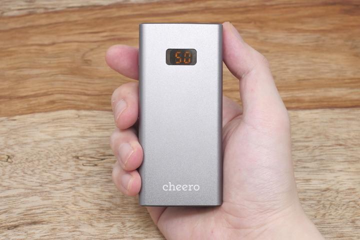 cheero Power Plus 5本体を手に持った所の画像