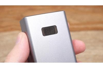 cheero Power Plus 5本体側面のスイッチを押したGif
