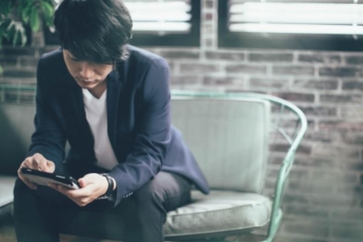 男性がiPadを操作している画像