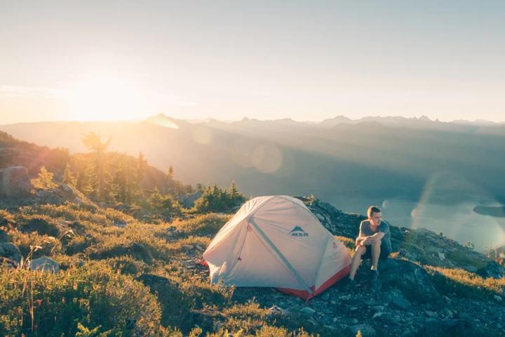 キャンプをしている男性