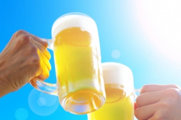 ビールで乾杯をしている画像
