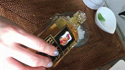 グラスにウィスキーを注ぐ様子