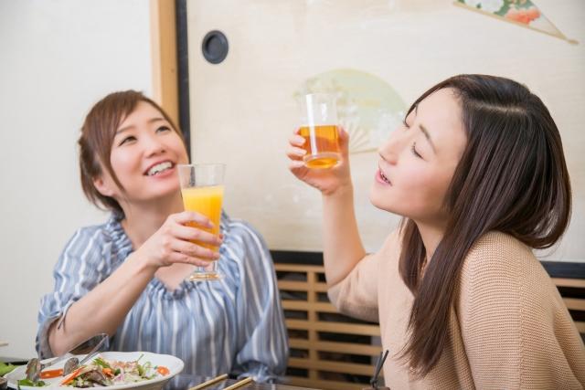 飲み会でビールを飲む女性たち