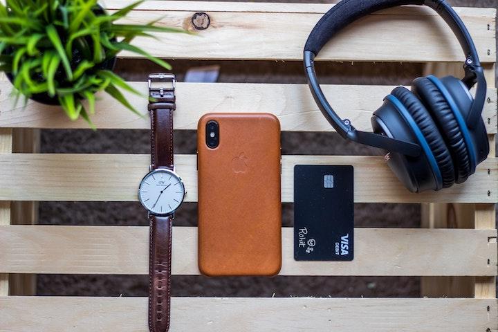 iPhoneとクレカと腕時計とヘッドフォン