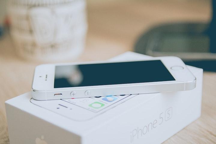 箱の上に置かれたiPhone