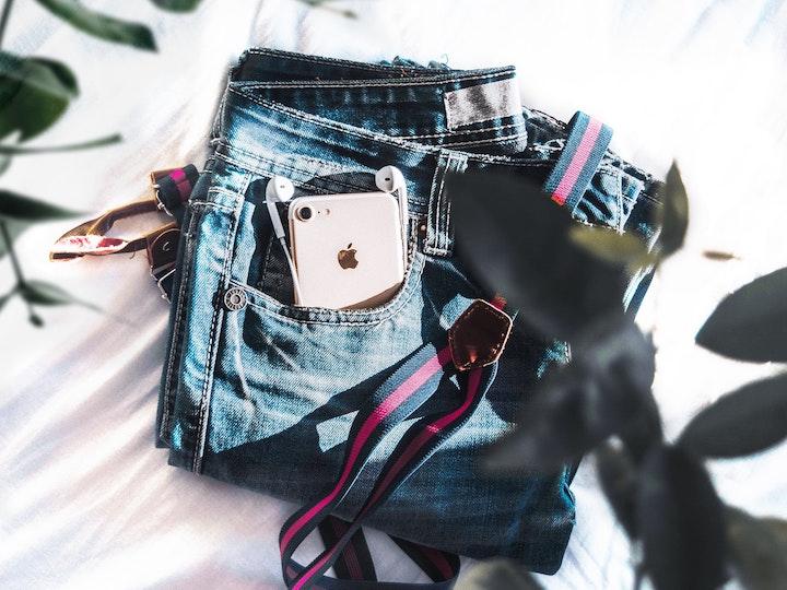 デニムのポケットに入ったiPhone
