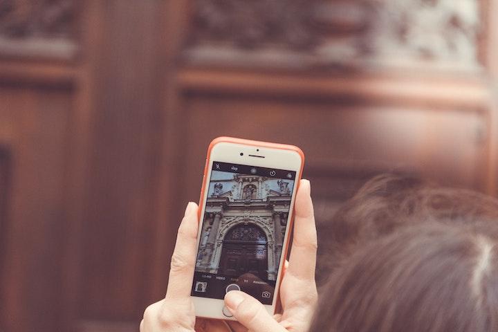 iPhoneで写真を撮る女性