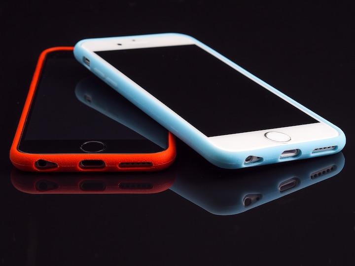赤と青のスマホケースを装着したiPhone
