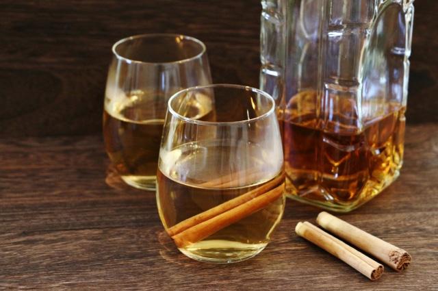 ホットウイスキーとグラス
