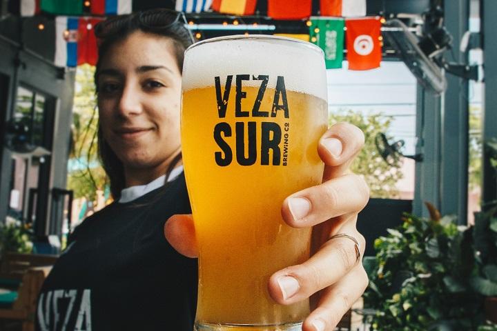 ビールを楽しむ女性