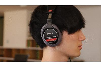 ヘッドホンにmimimamoを装着して音楽を聴いている状態のgif
