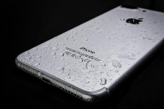 水に濡れるiPhone