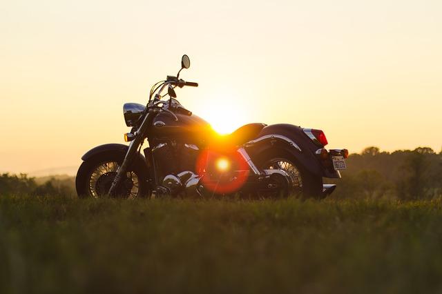夕日とオートバイ