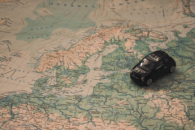 地図とミニカーの写真