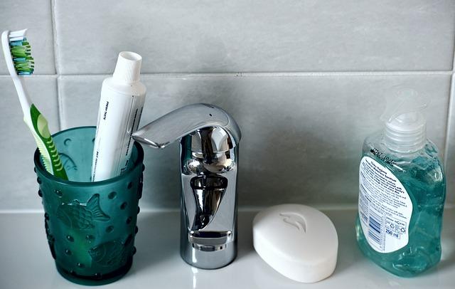 歯ブラシなどが置かれている洗面台の写真