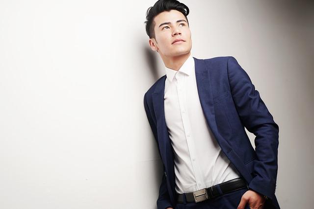 スーツを着ている男性の写真
