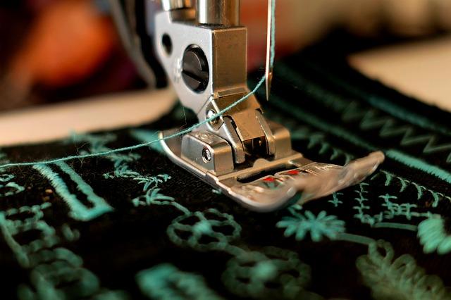 ミシンで裁縫するイメージ